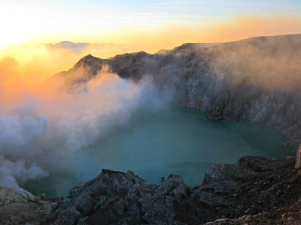 sunset-at-the-top-of-ijen